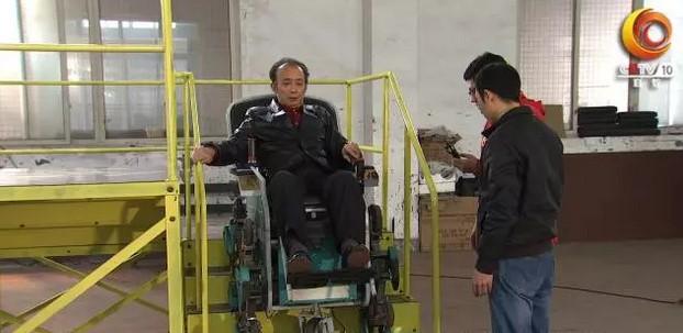 我爱发明坐车上楼谭正川发明四臂式爬楼梯车